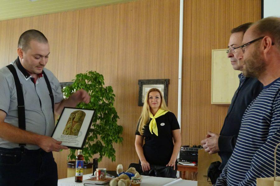 odovzdanie printovej kópie reliéfu sv. Ambróza predsedovi Fínskeho zväzu včelárov Janne Leimi-mu