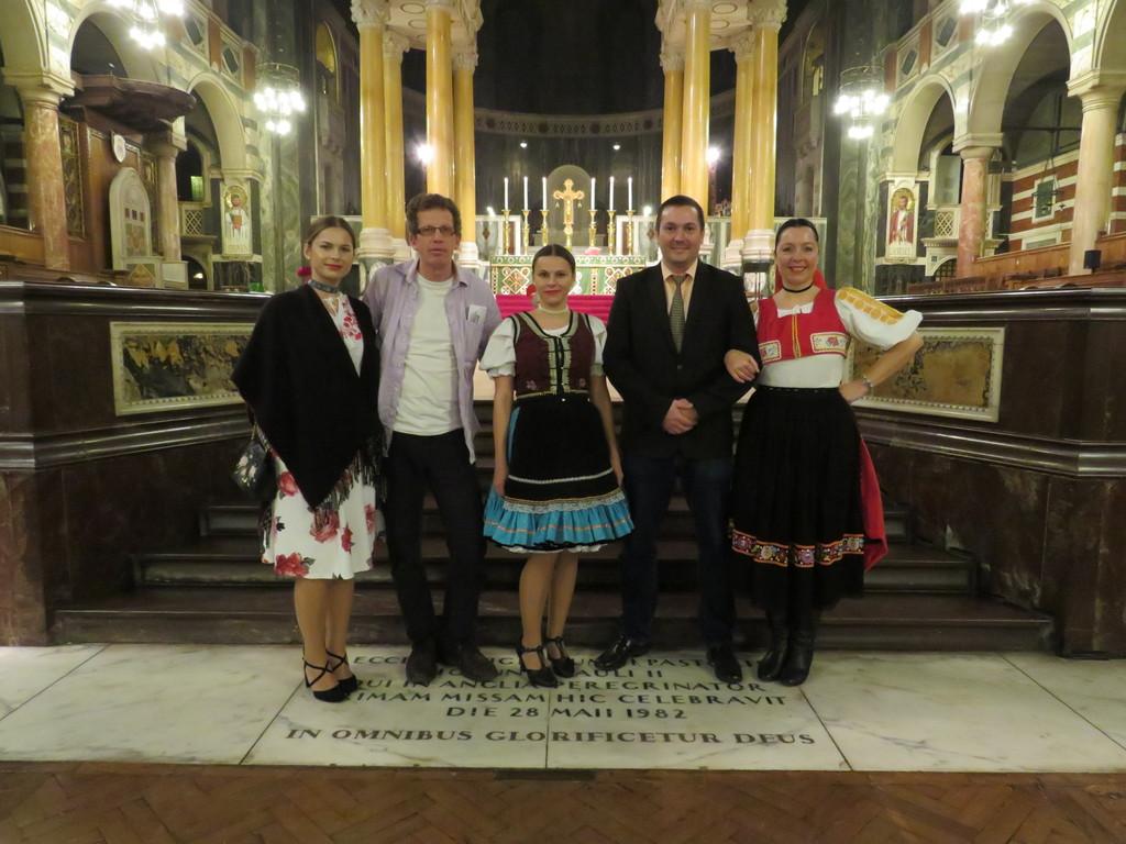Peter Imriš a časť folkloristov po sv. omši. (zo súboru MORENA)