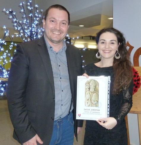Peter Imriš a Anastasia Walters - odovzdanie symbolu lutilských včelárov, (Londýn, Spojené Kráľovstvo).