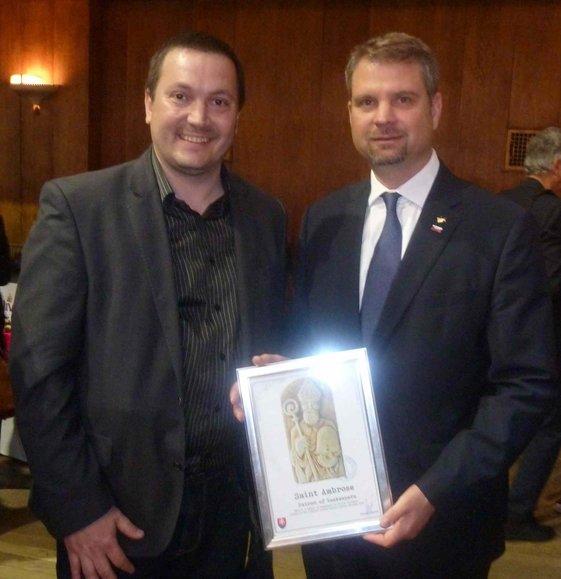 Odovzdanie symbolu Lutilských včelárov. Lutilský včelár Peter Imriš a Tadej Rupel - veľvyslanec Slovínska vo Veľkej Británii.