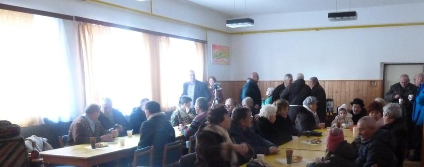 Foto: Program v kultúrnom dome v Lutile 29.12.2019. Živá diskusia o včelách a životnomprostredí medzi zúčastnenými. (Foto: Imriš).