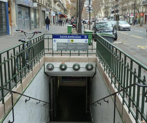 Vstup do stanice metra Sv. Ambróz, (Paríž, Francúzko).