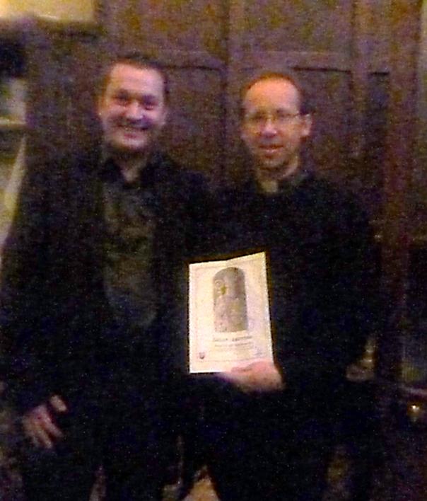 Odovzdanie printovej kópie sv. Ambróza. Peter Imriš a Pere Augusstin Deneck (miestny kňaz), so symbolom lutilských včelárov. (Paríž, Francúzko).