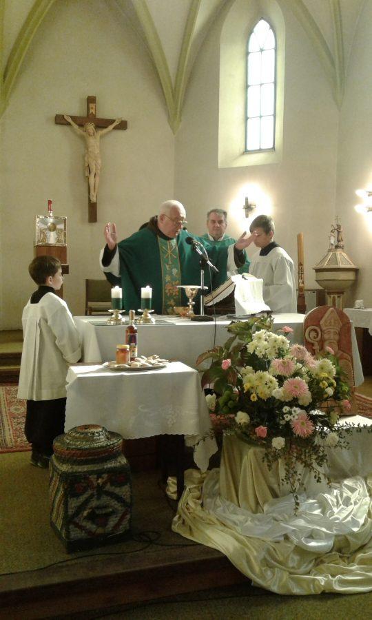 Foto: páter Peter Baptista, OFM (Ing. Ján Pružina) , Ing. Mgr. Michal Slašťan - lutilský farár, miništranti.